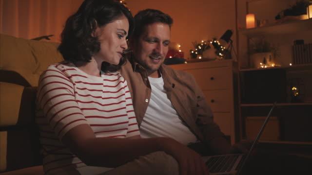 vídeos y material grabado en eventos de stock de pareja romántica en casa. - decoración de navidad