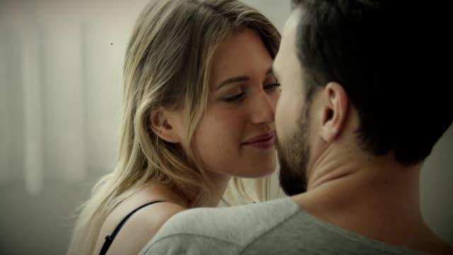 vidéos et rushes de couple romantique appréciant le matin ensemble - embrasser sur la bouche