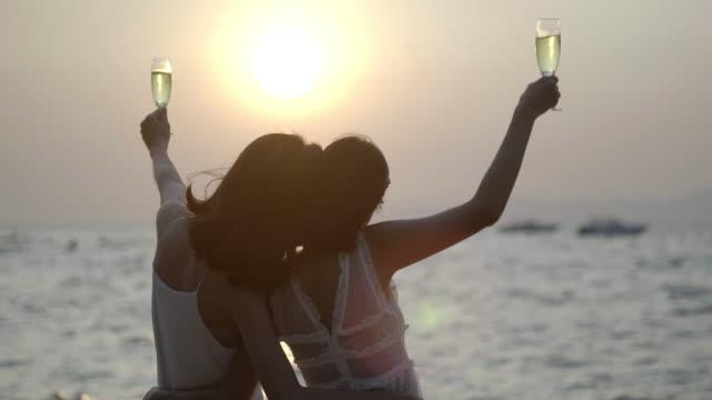 romantisches paar genießen sonnenuntergang am schönen tropischen beach.pretty mädchen hat spaß mit ihrer freundin auf der beach.traveling in asien, sommerurlaub. lgbt-urlaub, lgbt-konzept. - reiseziel stock-videos und b-roll-filmmaterial