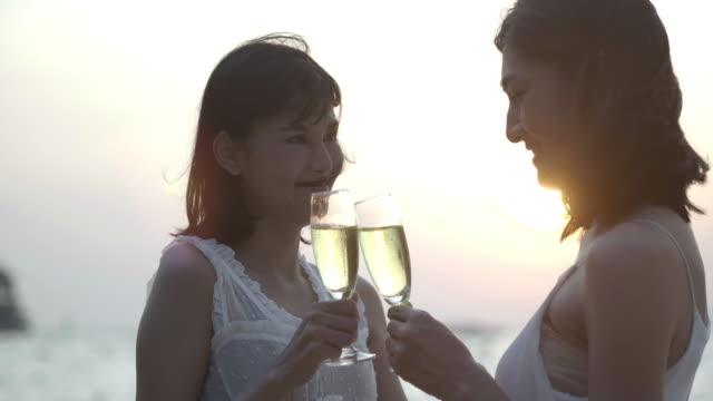 Couple romantique bénéficiant coucher de soleil sur Beach.Pretty Tropical belle fille a un plaisir avec sa copine sur la beach.traveling en Asie, vacances d'été. Vacances LGBT, notion LGBT.