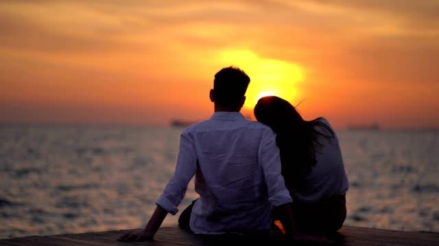vídeos de stock, filmes e b-roll de pares românticos que apreciam o por do sol - casal jovem
