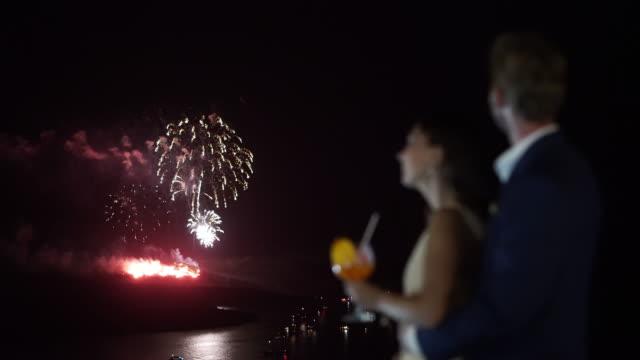 stockvideo's en b-roll-footage met romantic couple fireworks - tropische drankjes