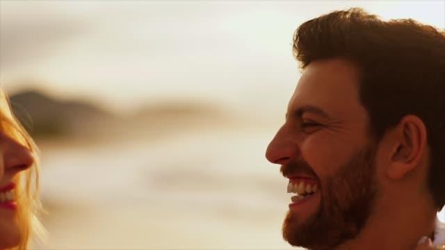 vídeos de stock, filmes e b-roll de casal romântico se divertindo na praia - características do litoral