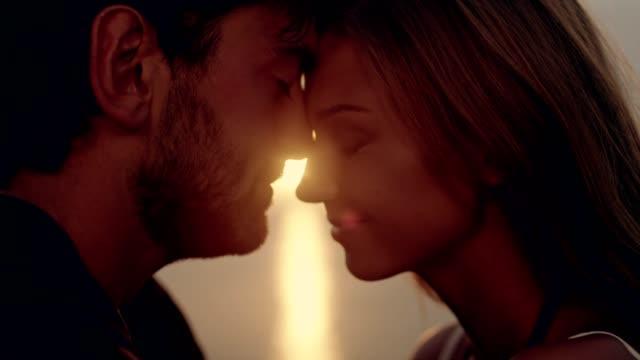 vídeos de stock e filmes b-roll de romantic couple hugging on rocky coastline. sunset - paixão