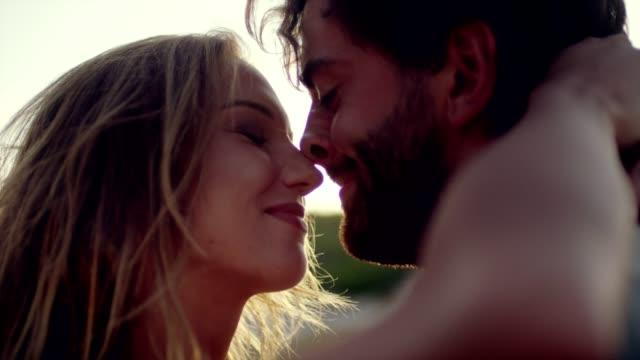 vídeos y material grabado en eventos de stock de romántico pareja abrazándose en la playa - citas románticas