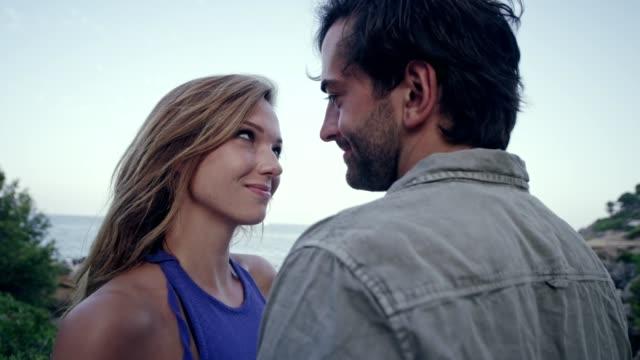 vídeos de stock, filmes e b-roll de casal romântico abraçando na praia - amor à primeira vista