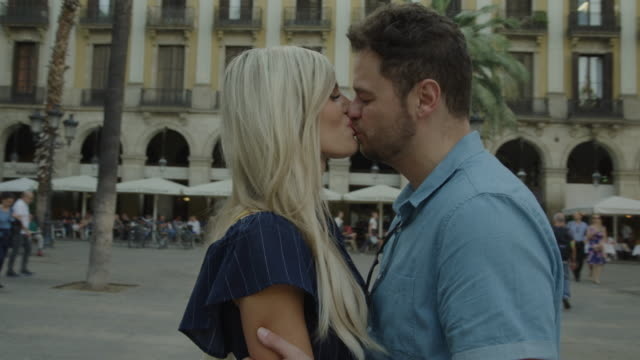 vídeos y material grabado en eventos de stock de romantic couple kissing in urban plaza / barcelona, barcelona, spain - plaza