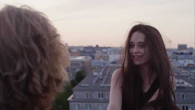 Romantisches Paar auf dem Dach