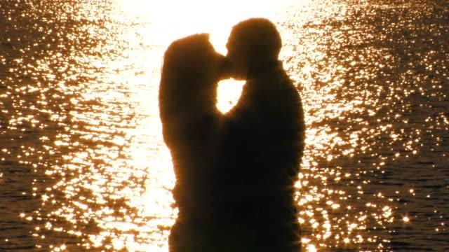 Par romântico na praia.