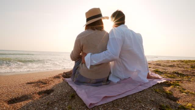 Romantisch zu zweit entspannen am Strand.