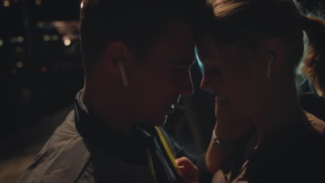 stockvideo's en b-roll-footage met romantisch paar dat dicht bij elkaar staat - gezicht aan gezicht