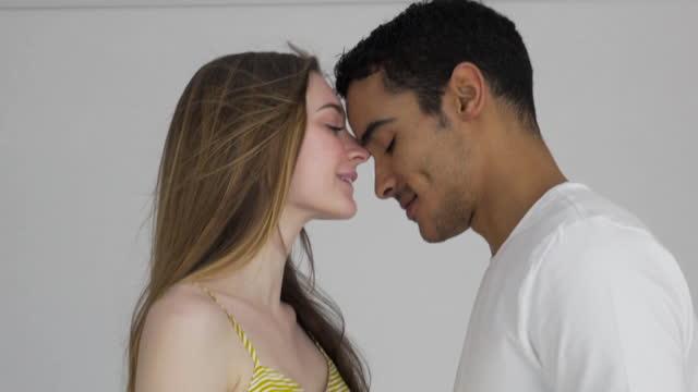 vídeos de stock, filmes e b-roll de romantic couple - sem manga