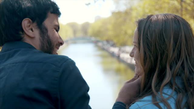 vídeos de stock, filmes e b-roll de encontro romântico em paris (câmera lenta) - amor à primeira vista