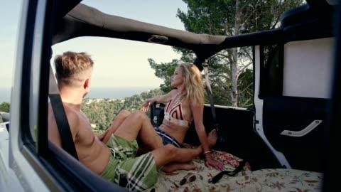 romantisches date in suv mit offenem dach. aussichtspunkt - sports utility vehicle stock-videos und b-roll-filmmaterial