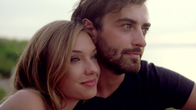 vídeos de stock, filmes e b-roll de data romântica sobre um penhasco. esperando o pôr do sol - amor à primeira vista