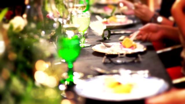 ロマンチックなディナー パーティー、イベント パーティーのテーブル デコレーション。 - 数個の物点の映像素材/bロール