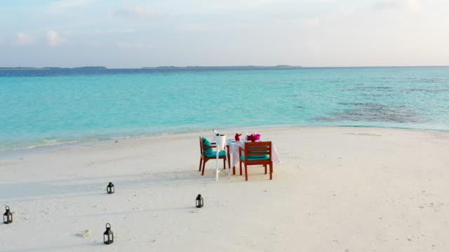 vidéos et rushes de configuration romantique de dîner sur la plage - romantisme