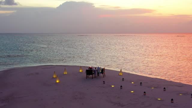 ビーチでのロマンチックなディナーのセットアップ - 夕食点の映像素材/bロール