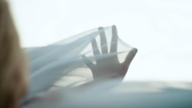 vídeos y material grabado en eventos de stock de chica romántica en vestido largo con el viento. escondido en textil transparente - elegancia