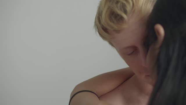 romantischer kuss - ehefrau stock-videos und b-roll-filmmaterial