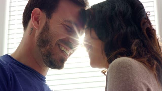 vidéos et rushes de couples mariés romantiques restant face à face et flirtant les uns avec les autres - coup de foudre