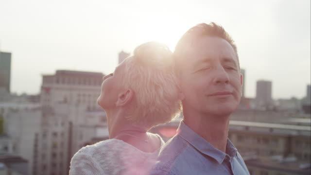 Romantiska medelålders par på taket