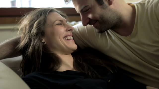 vídeos de stock, filmes e b-roll de momentos românticos - amor à primeira vista