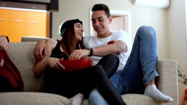 vídeos de stock, filmes e b-roll de noite de filme romântico num encontro duplo - pipoca