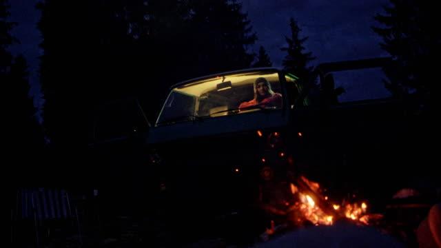 Romantische Nacht am Feuer