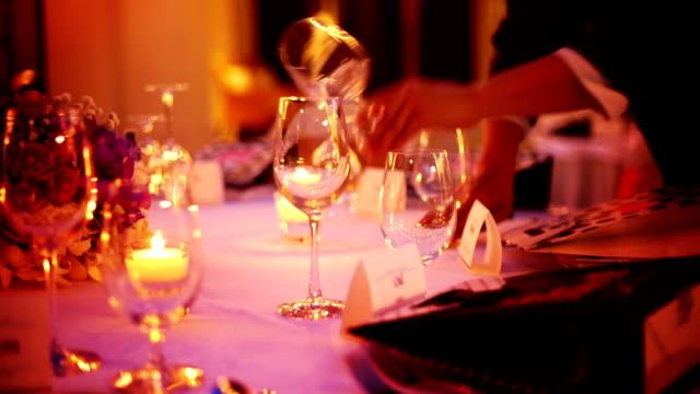 romantische hochzeit im freien tisch mit kerzen und blumen-arrangement. - festmahl stock-videos und b-roll-filmmaterial