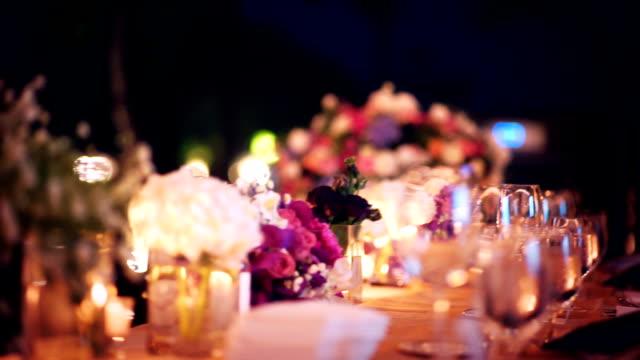 vídeos de stock e filmes b-roll de slo mo romantic outdoor wedding table with flower arrangement and candles. - banquete