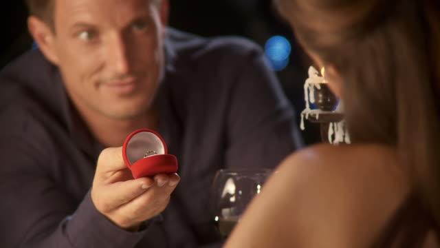 hd: romantica proposta - lume di candela video stock e b–roll