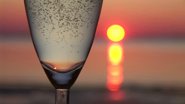 vidéos et rushes de hd : scène romantique - champagne