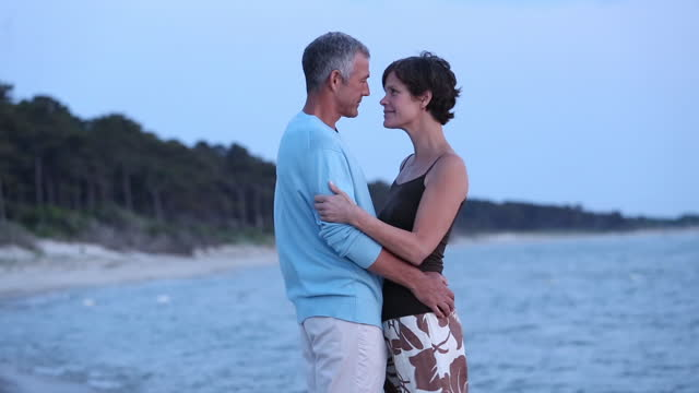 stockvideo's en b-roll-footage met romantic senior couple on beach - stilstaande camera