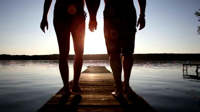 ロマンティックな夕暮れの桟橋 - 恋に落ちる点の映像素材/bロール