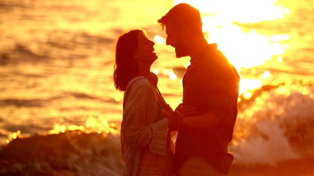 vídeos de stock e filmes b-roll de romantic sunset at the beach. - retroiluminado