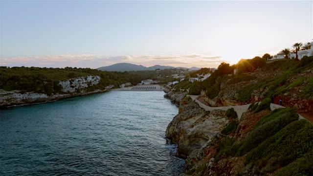 Romantischer Sonnenuntergang auf Cala Romantica auf der spanischen Baleareninsel Mallorca / Spanien