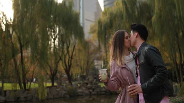 vídeos de stock, filmes e b-roll de fim de semana romântico em xangai - copo descartável