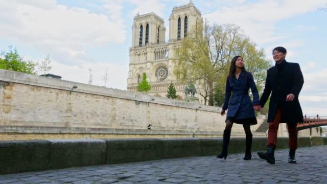 パリを歩くロマンチックな若いアジアのカップル - フランス点の映像素材/bロール