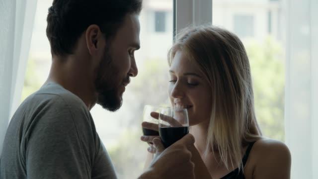 romantisches junges paar trinkt wein - verlieben stock-videos und b-roll-filmmaterial