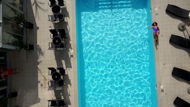 Romantische junge Paar am pool