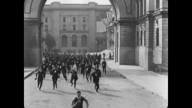 vidéos et rushes de 1922 romantically rejected man (buster keaton) turns himself in after escaping from police - évasion