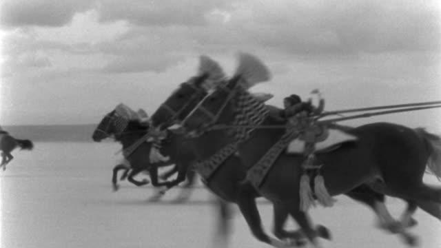 vídeos y material grabado en eventos de stock de dx - rome - cloud-filled sky - c.s. - travel as roman two-horse chariots race r to l across desert - horsemen with spears riding b.g. - b&w. - soldado romano