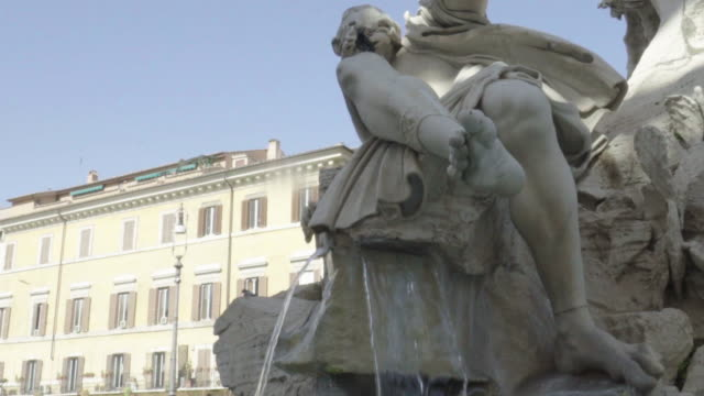 rome, fountain, bird flies up at fontana del quattro fiumi by bernini in piazza navona - male likeness stock videos & royalty-free footage