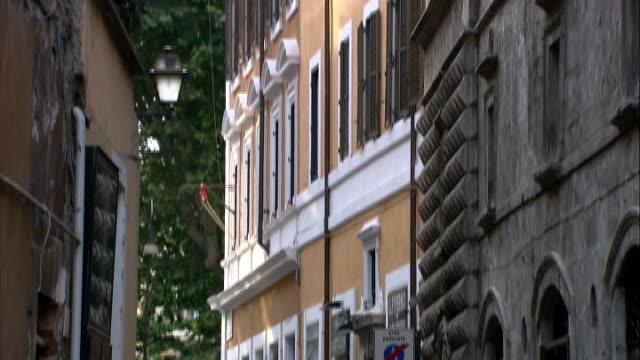 general views of campo dei fiori / trevi fountain / spanish steps / coliseum / jewish ghetto various of people along street in jewish quarter roman... - ghetto video stock e b–roll