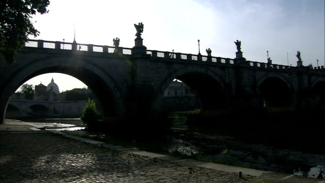 general views of st angelo's bridge / sunsets / early morning / vatican city / new fiat 500; good shots of st angelo's bridge silhouetted against sun... - ponte点の映像素材/bロール