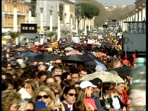 stockvideo's en b-roll-footage met pope lies in state italy rome vatican city crowd queuing along avenue as wait to pay last respects to pope john paul ii some with umbrellas pull out... - sint pietersplein
