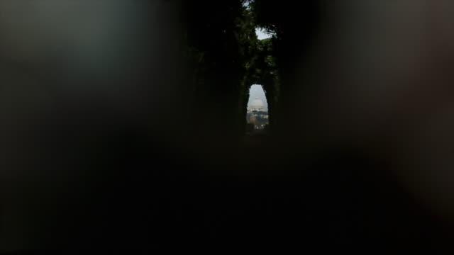 キー穴を通して見たローマ: サンピエトロ寺院のドーム - サンピエトロ寺院点の映像素材/bロール