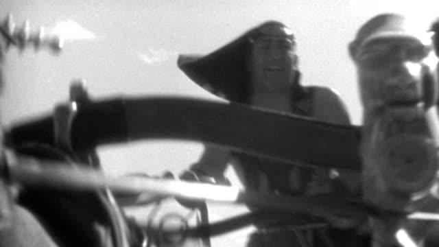 vídeos y material grabado en eventos de stock de dx - rome - travel ahead chariots and riders - near end to c.u. first chariot - b&w. - soldado romano