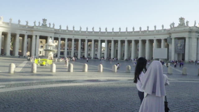 vídeos de stock, filmes e b-roll de rome, vatican, st.peter's square, nun with selfie stick - nun
